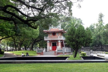 Taichung Park's clock tower and fountain were reopened and citizens are welcomed to come appreciate them (2006-04-20)