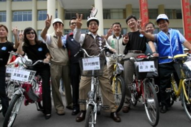Environmental protection ambassador Mayor Hu leads everyone in an effort to protect our earth (2006-04-22),共3張照片
