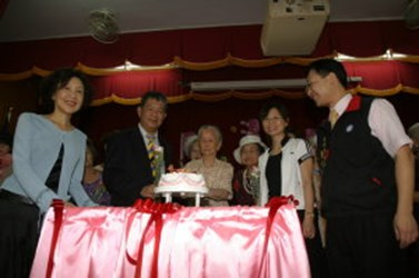 Mayor's wife cuts cake with 99 year old grandmother from Ren-Ai Senior Citizens' Home in celebration of Mother's Day (2006-05-13)