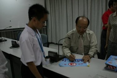 Mayor Hu answers all the curious questions of young reporters (2006-05-22)