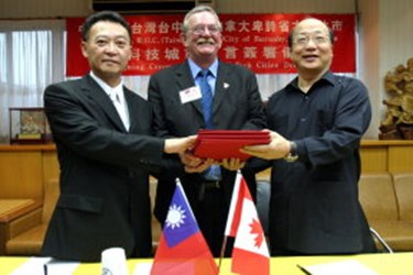 Mayor Derek Corrigan of Burnaby, Canada in Taichung to sign a high tech city declaration(2007-06-08),共2張照片