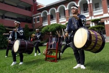 The most popular Taiko drum group in Japan has an official call on the 18th for their ancient music, the wonderful earth sounds of the Taiko drums. (2007-10-18)