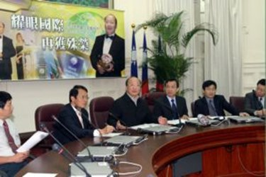 Mayor Hu delivered a presentation in Great Britain and was granted with the World Leadership Forum Award(2007-12-11)