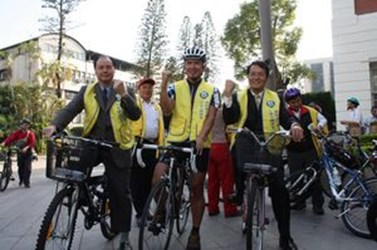 The team for the Deaf Hearing Impaired Bicycle Charity Aroundaround Island Campaign arrived in Taichung. Vice Mayor Siew led the cheer team to encourage the national team member—Cheng Huai (2009-03-04),共2張照片