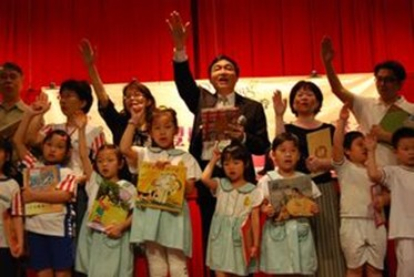 World Book Day—More than 300 children happily vowed to read books and raised children's books for children in aboriginal tribes.(2009-04-23),共2張照片