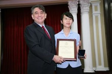 Students from Taichung City won the first prize of the 2010 Doors to Diplomacy Awards,共3張照片