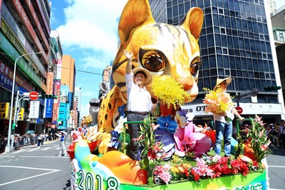 Mayor Lin showed up at the Leopard Cat Float in the Double-Tenth Celebration Parade at the Presidential Office Square